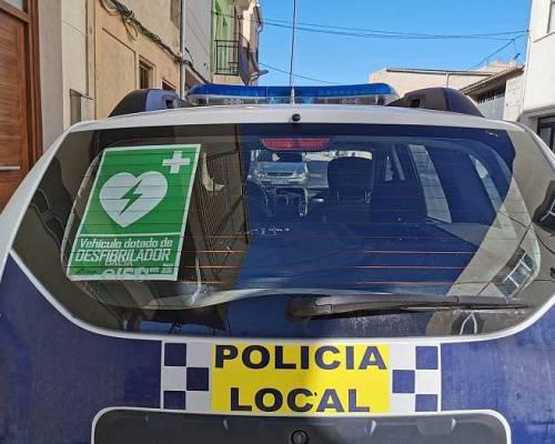 Cotxes de la Policia local equipats amb desfibril·ladors DEA